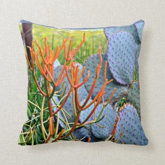 Cactus pourpre dans le carreau orange oreiller
