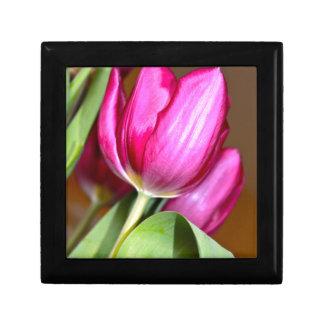 Cadeau ou boîte à bijoux rose de tulipe
