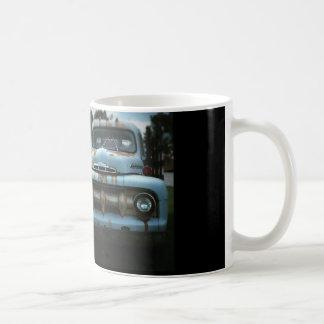 Camion bleu sur la tasse de café