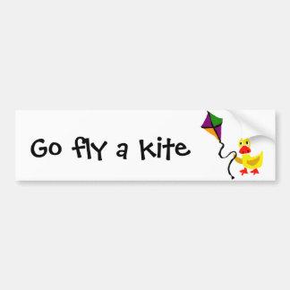 Canard drôle pilotant le cerf-volant coloré autocollant de voiture