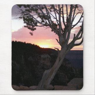 Canyon grand au coucher du soleil avec des tapis de souris