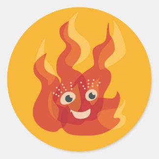 Caractère brûlant heureux de flamme du feu sticker rond
