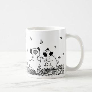 Carlins dansant dans le feuille mug