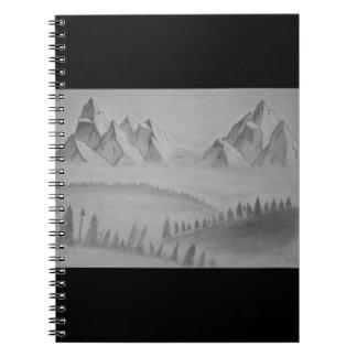 Carnet avec des montagnes dans la brume