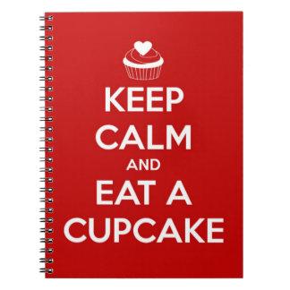 Carnet Gardez le calme et mangez un rouge de petit gâteau