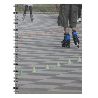 Carnet Jambes de type sur les patins intégrés. Patineurs