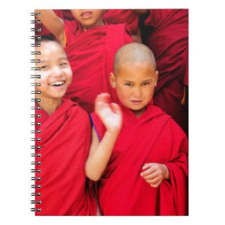 Carnet Petits moines dans des robes longues rouges
