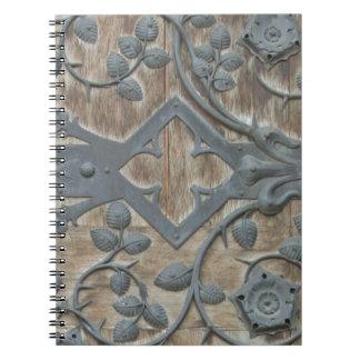 Carnet Serrure médiévale de fer sur la porte en bois