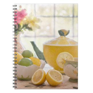 Carnet Thé d'après-midi chaud avec les citrons frais