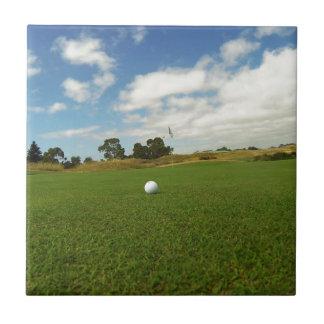 Carreau Boule de golf sur le vert,