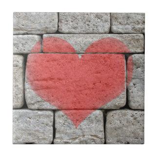 Carreau Coeur rouge de graffiti sur le mur en pierre