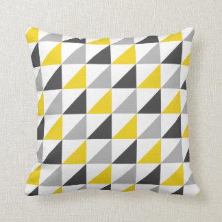 Carreau jaune et gris de motif de triangles coussin décoratif