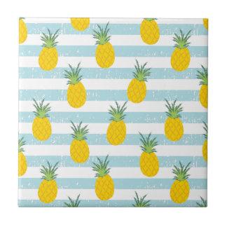 Carreau Le blanc bleu à la mode barre le motif d'ananas
