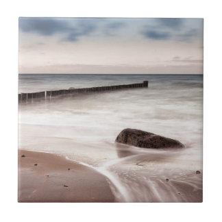 Carreau Les brise-lames et les pierres sur la mer baltique