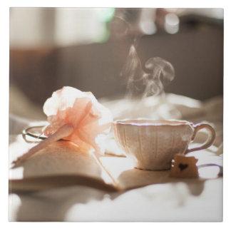 Carreau Temps de thé avec un bon livre