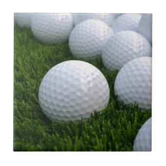 Carreau Un bon nombre de boules de golf sur l'herbe