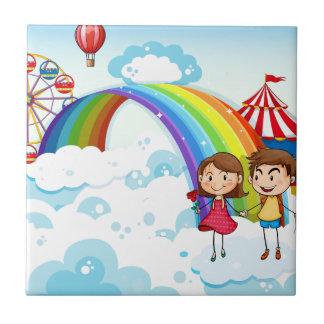 Carreau Un carnaval dans le ciel avec un arc-en-ciel
