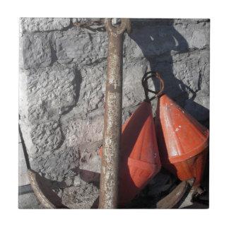 Carreau Une ancre rouillée et une balise deux conique