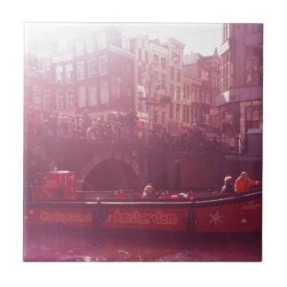 Carreau vue de canal d'Amsterdam avec le bateau de