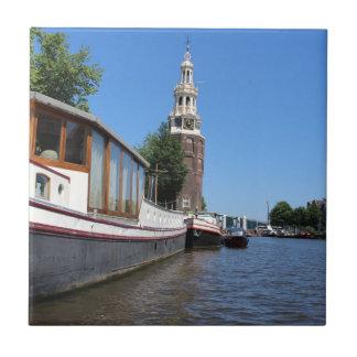 Carreau Vue de canal d'Amsterdam - bateaux et flèche