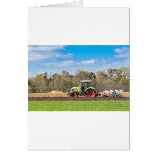Carte Agriculteur sur le tracteur labourant le sol