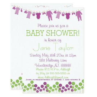Carte Aubergine et vert petit baby shower de vêtements