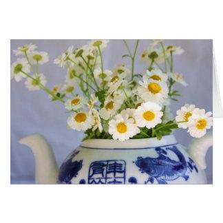 Carte Bouquet de marguerite dans une théière