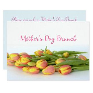 Carte Brunch du jour de mère avec les tulipes jaunes et