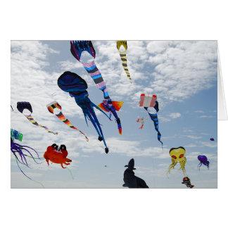 Carte Cerfs-volants multi de couleur peignant le ciel
