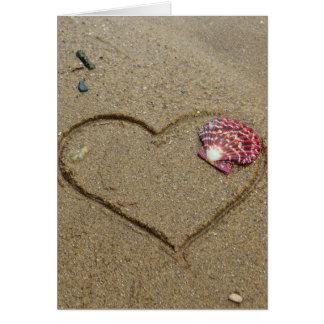 Carte coeur et coquille sur la plage