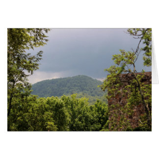 Carte de note fumeuse nuageuse de montagne