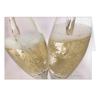 Carte Deux cannelures de champagne étant remplies de