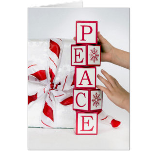 Carte Enfant mettant vers le haut des blocs d'alphabet