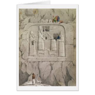 Carte Examinant une sculpture assyrienne en roche, de