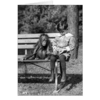 Carte Garçon assis avec l'orang-outan au zoo national