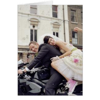 Carte Jeunes mariés sur la motocyclette, souriant,