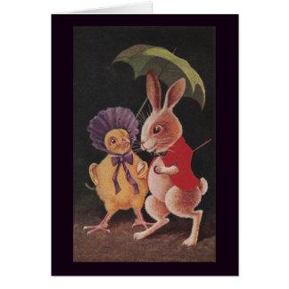 Carte Le poussin avec le parapluie marche avec le lapin
