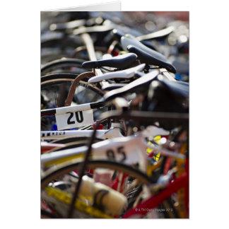 Carte Les bicyclettes sur le support à un triathlon