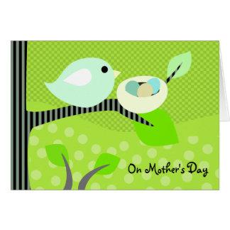 Carte Oiseau et nid du jour de mère avec des oeufs