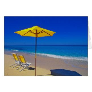 Carte Parapluie et chaises de plage jaunes sur immaculé