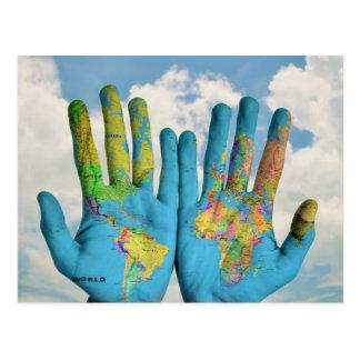 Carte peinte colorée du monde dans des mains,