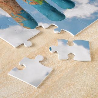Carte peinte colorée du monde dans des mains, puzzle