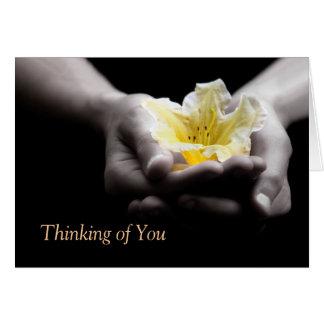 Carte Pensée à vous fleur de jaune dans des mains