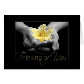 Carte Pensée à vous fleur jaune élégante dans des mains