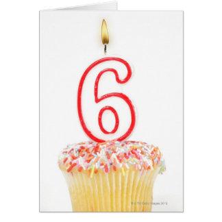Carte Petit gâteau avec une bougie numérotée 4