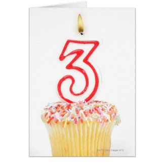 Carte Petit gâteau avec une bougie numérotée 9