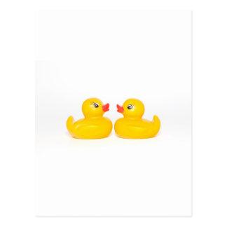 Carte Postale 2 canards en caoutchouc dans l'amour