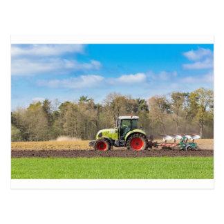 Carte Postale Agriculteur sur le tracteur labourant le sol