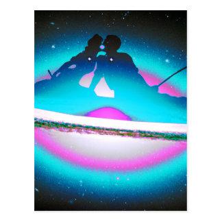 Carte Postale Amants embrassant et pêchant sur un bleu de