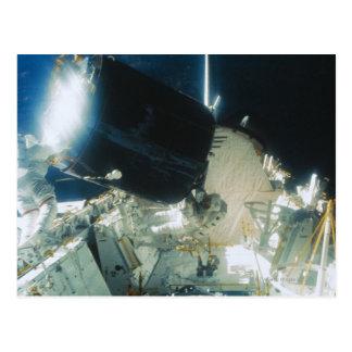 Carte Postale Astronautes réparant un satellite dans l'espace